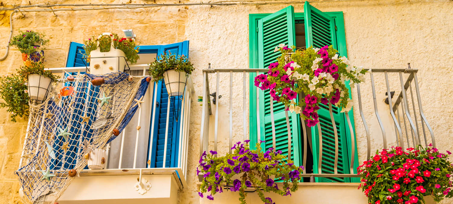 Total travel immersion tactics: flowered balcony in Italy