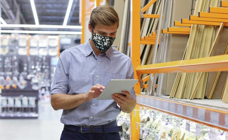 retail employee working during covid-19 pandemic